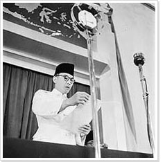 Cas Oorthuys - Soekarno spreaks to the delegates during a session of the Indonesian provisional parliament, the K.N.I. Poesat, Indonesia (1947)