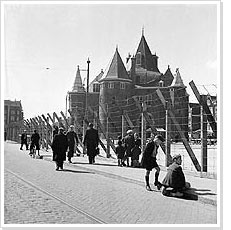 Permanent fencing in of the Jewish Quarter nearby the Waag, Amsterdam (1942)